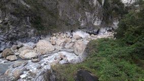 Πεσμένοι βράχοι στο ρεύμα στοκ φωτογραφίες με δικαίωμα ελεύθερης χρήσης