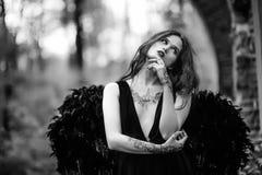 Πεσμένος άγγελος με τα μαύρα φτερά Στοκ Εικόνα