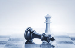 Πεσμένος βασιλιάς σκακιού ως μεταφορά για την πτώση από τη δύναμη Στοκ φωτογραφίες με δικαίωμα ελεύθερης χρήσης
