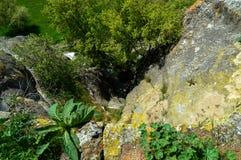 Πετάτε μια ματιά κάτω στον απότομο βράχο από τον υψηλό τοίχο Στοκ εικόνα με δικαίωμα ελεύθερης χρήσης