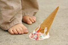 Πεταγμένος κώνος παγωτού από τα πόδια του παιδιού Στοκ εικόνα με δικαίωμα ελεύθερης χρήσης