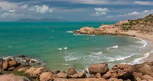 Πεταλοειδής κόλπος σε Bowen - εικονική παραλία με το γρανίτη που αναρριχείται στους βράχους, Αυστραλία απόθεμα βίντεο