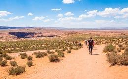 πεταλοειδής σελίδα ΗΠΑ σημειωματάριων ατόμων κάμψεων της Αριζόνα Γύρος στην Αριζόνα Τουρίστες στην περιοχή ερήμων του μεγάλου φαρ Στοκ Εικόνες