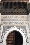 Πεταλοειδής αψίδα που διακοσμείται με το αραβικό μωσαϊκό και τις μαροκινές γλυπτικές Arabesque στο μεσαιωνικό Medina του Al Μπαλί Στοκ φωτογραφία με δικαίωμα ελεύθερης χρήσης