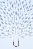 Πεταλοειδής μαγνήτης που προσελκύει το σχέδιο των paperclips στο στούντιο στοκ εικόνες