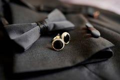 Πεταλούδα και μανικετόκουμπα εξαρτημάτων για ένα κλασικό κοστούμι Στοκ εικόνα με δικαίωμα ελεύθερης χρήσης