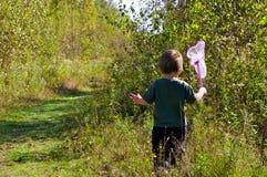 Πεταλούδες κυνηγιού κοριτσιών Στοκ εικόνες με δικαίωμα ελεύθερης χρήσης
