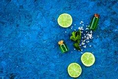 Πετρέλαιο εσπεριδοειδών με το λεμόνι ή ασβέστης για το aromatheraphy ή τη φροντίδα δέρματος στο μπλε διάστημα αντιγράφων άποψης υ Στοκ φωτογραφία με δικαίωμα ελεύθερης χρήσης