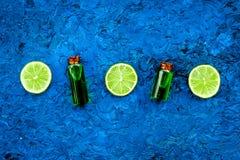 Πετρέλαιο εσπεριδοειδών με το λεμόνι ή ασβέστης για το aromatheraphy ή τη φροντίδα δέρματος στο μπλε διάστημα αντιγράφων άποψης υ Στοκ Εικόνα