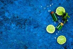Πετρέλαιο εσπεριδοειδών με το λεμόνι ή ασβέστης για το aromatheraphy ή τη φροντίδα δέρματος στο μπλε διάστημα αντιγράφων άποψης υ Στοκ εικόνα με δικαίωμα ελεύθερης χρήσης
