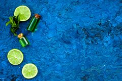 Πετρέλαιο εσπεριδοειδών με το λεμόνι ή ασβέστης για το aromatheraphy ή τη φροντίδα δέρματος στο μπλε διάστημα αντιγράφων άποψης υ Στοκ εικόνες με δικαίωμα ελεύθερης χρήσης