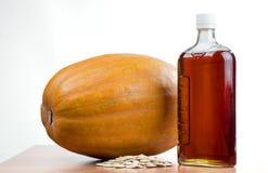 Πετρέλαιο κολοκύθας σε ένα μπουκάλι, κολοκύθα, σπόροι κολοκύθας Στοκ φωτογραφίες με δικαίωμα ελεύθερης χρήσης