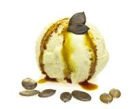 Πετρέλαιο σπόρου κολοκύθας γεύσης παγωτού με τους σπόρους στο μέτωπο στοκ εικόνες