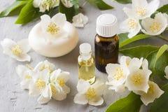 Πετρέλαιο της Jasmine Aromatherapy με το πετρέλαιο και το σαπούνι της Jasmine Λουλούδι της Jasmine Στοκ εικόνες με δικαίωμα ελεύθερης χρήσης