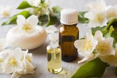 Πετρέλαιο της Jasmine Aromatherapy με το πετρέλαιο και το σαπούνι της Jasmine Λουλούδι της Jasmine Στοκ Εικόνες