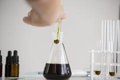 Πετρέλαιο Cbd στα διάφορα κύπελλα στοκ εικόνα με δικαίωμα ελεύθερης χρήσης