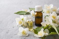 Πετρέλαιο jasmine Aromatherapy με jasmine το πετρέλαιο jasmine λουλουδιών διαφορών ανασκόπησης συμπαθητικό εποχιακό θέμα Στοκ φωτογραφίες με δικαίωμα ελεύθερης χρήσης