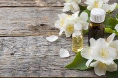 Πετρέλαιο jasmine Aromatherapy με jasmine το πετρέλαιο jasmine λουλουδιών διαφορών ανασκόπησης συμπαθητικό εποχιακό θέμα Στοκ Φωτογραφίες