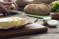 Πετρέλαιο, άλας, κρεμμύδι, μια φραντζόλα του ψωμιού Στοκ φωτογραφία με δικαίωμα ελεύθερης χρήσης
