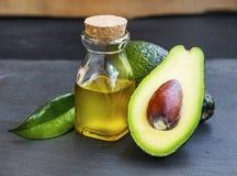 Πετρέλαιο αβοκάντο στο μπουκάλι με τα φρούτα αβοκάντο Στοκ εικόνες με δικαίωμα ελεύθερης χρήσης