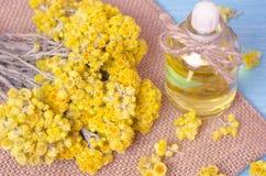 πετρέλαιο για aromatherapy σπιτικό με τα ξηρά λουλούδια Στοκ Εικόνες