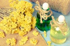 πετρέλαιο για aromatherapy σπιτικό με τα ξηρά λουλούδια Στοκ φωτογραφίες με δικαίωμα ελεύθερης χρήσης