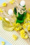 πετρέλαιο για aromatherapy σπιτικό με τα ξηρά λουλούδια Στοκ Φωτογραφίες