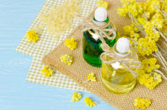 πετρέλαιο για aromatherapy σπιτικό με τα ξηρά λουλούδια Στοκ εικόνες με δικαίωμα ελεύθερης χρήσης