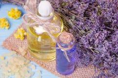 πετρέλαιο για aromatherapy σπιτικό με τα ξηρά λουλούδια Στοκ Φωτογραφία
