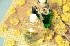 πετρέλαιο για aromatherapy σπιτικό με τα ξηρά λουλούδια Στοκ φωτογραφία με δικαίωμα ελεύθερης χρήσης