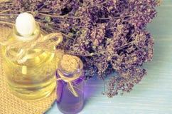 πετρέλαιο για aromatherapy σπιτικό με τα ξηρά λουλούδια Στοκ εικόνα με δικαίωμα ελεύθερης χρήσης