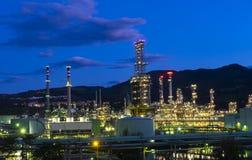 Πετρέλαιο εγκαταστάσεων, παραγωγή βιομηχανίας στο ηλιοβασίλεμα Στοκ εικόνες με δικαίωμα ελεύθερης χρήσης