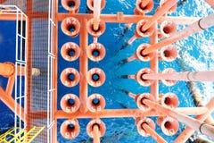 Πετρέλαιο και φυσικό αέριο που παράγουν τις αυλακώσεις στην παράκτια πλατφόρμα Στοκ Φωτογραφίες
