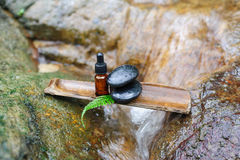 Πετρέλαιο και zen πέτρα ουσίας στην έννοια SPA Στοκ εικόνες με δικαίωμα ελεύθερης χρήσης