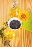Πετρέλαιο μασάζ και θεραπευτικά λουλούδια λάσπης αργίλου μαύρα Στοκ Εικόνες