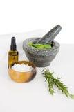 Πετρέλαιο Aromatherapy με το δεντρολίβανο και το κονίαμα και το γουδοχέρι Στοκ Εικόνα