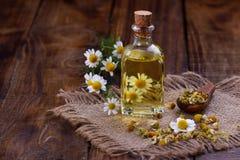 Πετρέλαιο Chamomile aromatherapy Στοκ φωτογραφία με δικαίωμα ελεύθερης χρήσης