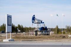 Πετρέλαιο pumpjack στη Σιβηρία, Ρωσία στοκ εικόνες