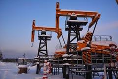 Πετρελαιοφόρος περιοχή Χειμερινό βιομηχανικό τοπίο με μια αντλία πετρελαίου Στοκ Εικόνα