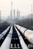 Πετρελαιαγωγός και διυλιστήριο πετρελαίου ενάντια στο φως Στοκ φωτογραφία με δικαίωμα ελεύθερης χρήσης