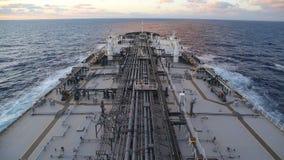 Πετρελαιοφόρο που βράζει στον ατμό μέσω του ωκεανού φιλμ μικρού μήκους