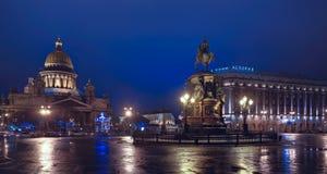 ΠΕΤΡΟΥΠΟΛΗ, ΡΩΣΙΑ 1 ΙΑΝΟΥΑΡΊΟΥ: Τετράγωνο του ST Isaac στα Χριστούγεννα επάνω Στοκ Φωτογραφία