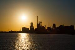 Πετροχημικό ηλιοβασίλεμα Χ αλλαγής κλίματος εγκαταστάσεων καθαρισμού στοκ εικόνα