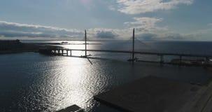 Πετρούπολη Άγιος Ρωσία πανοραμική θέα της καλώδιο-μένοντης γέφυρας απόθεμα βίντεο