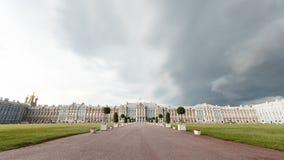 Πετρούπολη Άγιος panarama του παλατιού της Catherine σε Pushkin Η πρόσοψη του παλατιού Είναι μια δυσάρεστη ημέρα Καλοκαίρι Στοκ Εικόνες