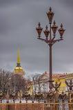 Πετρούπολη πέντε κάγκελα λαμπτήρων χαρουπιού με το έμβλημα της Ρωσίας backgr Στοκ Φωτογραφίες