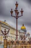 Πετρούπολη πέντε κάγκελα λαμπτήρων χαρουπιού με το έμβλημα του backgro της Ρωσίας Στοκ Εικόνες