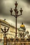 Πετρούπολη πέντε κάγκελα λαμπτήρων χαρουπιού με το έμβλημα του backgro της Ρωσίας Στοκ φωτογραφία με δικαίωμα ελεύθερης χρήσης