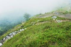 Πετρώδες μονοπάτι κάτω από το λόφο Στοκ Εικόνες