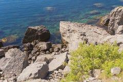 Πετρώδης ακτή της Μαύρης Θάλασσας σημείο της Κριμαίας Στοκ Εικόνες